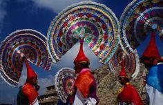 Cultura totonaca: Danza de los Quetzales en El Tajín, Veracruz.