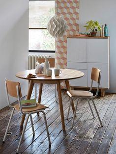 Comedor con mesa redonda, sillas y aparador