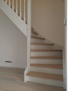 Dichte witte trap met eiken treden gemonteerd in Ursem