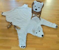 Tout doux, voici mon tapis ours et son coussin assorti! De la fausse fourrure, des pompons, des boutons, du polaire et de la feutrine. Dimensions 140 x 170 cm.