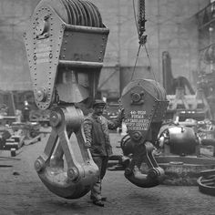 Bnr. 410 (1911) Door Werf Gusto in eigen beheer gemaakte hijsblokken voor 150 en 40 ton hijslasten van deze kraan. foto: Gemeentearchief Schiedam