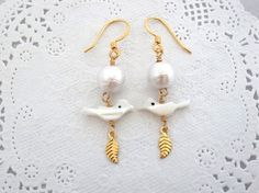 Etsy のEarrings White Color Shell Birds and Cotton Pearl Beads and Gold Leaf Handmade(ショップ名:KanaBeadsGarden)