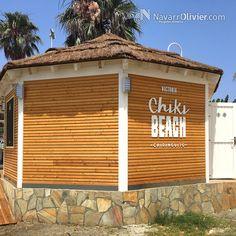 Construcción en madera, Módulo hexagonal construido para ser usado como aseos y almacén. Estructura construida en madera laminar con muros exteriores en bardage de Alerce. Cubierta construida con panel fenólico cabado en brezo natural.  Diseño y fabricación: T: +34 687 031 565 e: info@navarrolivier.com  #chikiBeach #beachClub #beachbar #chiringuito #marisqueria #restaurante #malaga #bardage #arquitectura carpinteria #navarrolivier