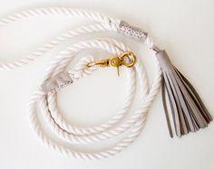 Nautische leiband gemaakt van 3 strand katoen Waxkoord, geaccentueerd met munt en goud. Het is de klassieke touw hond lood, aangekleed met een vleugje kleur-, stijl- en zoutgehalte. Gebruik het voor bruiloften, partijen of maak elke dag speciaal.  Stevige hand-gebonden oog koppelstukken, traditioneel gebruikt door zeelui, worden hier gebruikt teneinde de lussen handvat en gesp. De koppelstukken zijn bedekt met mint zweepslagen. Onze touw is zacht pluche en voelt goed in uw hards.  F EEN T U…