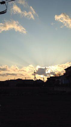 風になびく煙と夕焼け