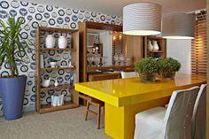 Sala de jantar com mesa amarela