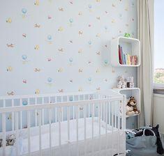 Os pais de primeira viagem e aqueles que possuem apartamentos pequenos, sem condição de ter um quarto específico para o bebê passam por um problema comum: Como reservar um espaço do quarto do casal para o bebê ? Bem, é uma situação complicada e que deve ser mantida o mínimo possível, pois nem para os bebês nem para os pais é  confortável ou saudável. E, dependendo das dimensões do quarto, as soluções não são as melhores, mas as possíveis...