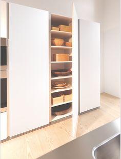 bulthaup - b1 keuken - de bulthaup b1 hoge kast met ongedeelde deur en verzonken griepprofiel in verticale richting biedt eenvoudig maar strak design met tal van opbergmogelijkheden