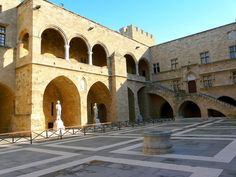 La cour du Palais des grands maîtres à Rhodes