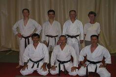 Photo de groupe de quelques ceintures noires de karaté