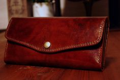 [商品特徴]■がばっと開いて取り出しやすい、仕分け機能も充実の大容量長財布です。■軽さと丈夫さを両立させ、特別なアンティーク加工を施した、STUDIUMオリジナルレザー「ブリードレザー」を使用。高級感溢れ、しっかりとコシがあり、軽くて使いやすいです。■カード専用ポケット12室のほかに、レシートやチケット等、長手のものがすっきり収納できるポケットが3室。マチつきの仕分けポケットが2室。小銭が出し入れしやすいファスナー�%