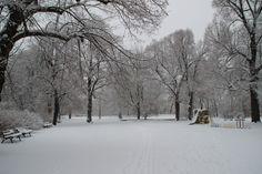 winterlicher Spielplatz in Park