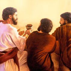Jesús pasa una copa de vino tinto a dos de sus apóstoles