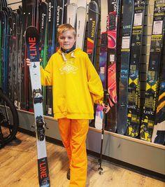 Jimi kävi äitinsä kanssa suksienhankintareissulla. Mukaan lähti Line Tom Wallisch Shorty temppusukset Marker Free Ten siteillä line. Jimi on instassa @herra_hobitti , joten frendit näkevät hänen parkkitemppunsa uusilla suksilla. Eikun mäkeen Jimi 🙌🏻❄️⛷😄 #linetw #linetomwallischshorty #temppusukset #suksikauppa #skioutfinland #skiout #skioutbike #skioutfi #hollola #messilä #lahti