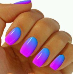 Uñas.moradas y azul degradadas neon