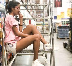 Foto tumblr em escada de supermercado | @thaylalunaa