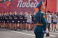 Miles de personas acompañan el desfile militar que conmemora la victoria en la Segunda Guerra Mundial, con dos premisas: recuerdo y orgullo.