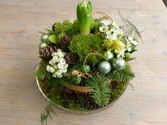 kerststukje met een bloembol erin verwerkt.