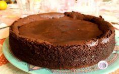 Ricetta cheesecake al cioccolato fondente Chi ha voglia di una cheesecake al cioccolato fondente che si scioglie letteralmente in bocca? Questo dolce è proprio l'ideale per tutti quei momenti in cui avete voglia di qualcosa di dolce e goloso #ricette #cucina #dolci #cheesecake
