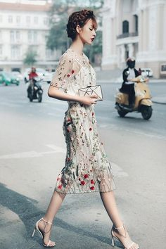 a floral embroidery and applique midi fitting dress with short sleeves, cremay heels with chains and a geometric clutch Fashion Mode, Trendy Fashion, Fashion Outfits, Floral Fashion, Look Formal, Embroidery Dress, Floral Embroidery, Wedding Guest Looks, Classic Wedding Dress
