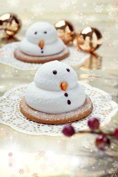 Unas deliciosa y creativa receta de galletas de merengue de muñeco de nieve. Es un postre delicioso y muy original, además puedes decorarlo con tus hijos les encantará.