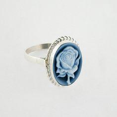 Ehi, ho trovato questa fantastica inserzione di Etsy su https://www.etsy.com/it/listing/539894219/blu-rosa-cammeo-argento-anello-agata