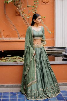 Unique Bridal Lehenga designs that is every Bride's pick in Dress Indian Style, Indian Fashion Dresses, Indian Designer Outfits, Designer Dresses, Lehenga Designs, Choli Designs, Indian Wedding Outfits, Bridal Outfits, Indian Outfits