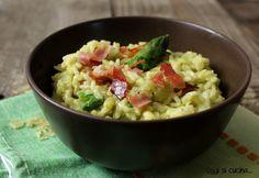 Il risotto con crema di asparagi e speck croccante è un primo piatto primaverile saporito e gustoso, da arricchire con scamorza filante o stracchino.