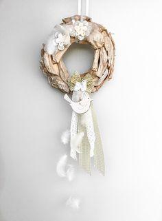 Tak ráda bych psala o tom jak je krásné, ranní, slunečné, teplé ráno a místo toho je můj pohled z okna zatažený, šedý, poprchávající, větrný... Burlap Wreath, Wreaths, Blog, Home Decor, Door Wreaths, Deco Mesh Wreaths, Interior Design, Home Interior Design, Floral Wreath