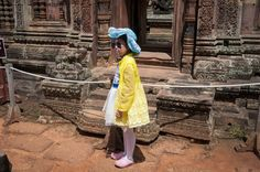 Poserend meisje in tempelcomplex Angkor Wat (Cambodja)