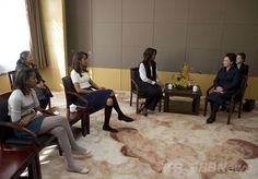 ミシェル夫人、北京で習主席夫人とピンポン外交 国際ニュース:AFPBB News    ミシェル夫人、北京で習主席夫人とピンポン外交 中国・北京(Beijing)市内の高校を習近平(Xi Jinping)国家主席の妻、彭麗媛(Peng Liyuan)夫人(左)と共に訪れた、ミシェル・オバマ(Michelle Obama)米大統領夫人(中央)と娘のサーシャ(Sasha)さん、マリア(Malia)さん(2014年3月21日撮影)。(c)AFP/POOL
