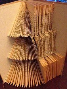 Anleitung: Weihnachtsbaum in die Seiten eines Buches falten | Notizbuchblog.de