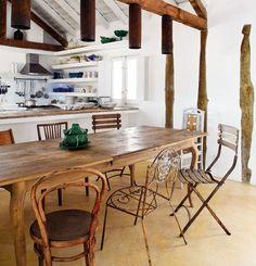 Resultado de imagem para mesa rustica com cadeiras diferentes