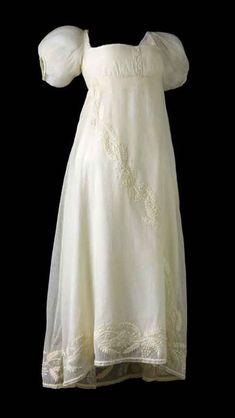 Robe d'après-midi, Premier Empire, musée des Tissus de Lyon    On peut changer de  robe plusieurs fois  par jour : celle-ci,  légère, est pour  l'après-midi.