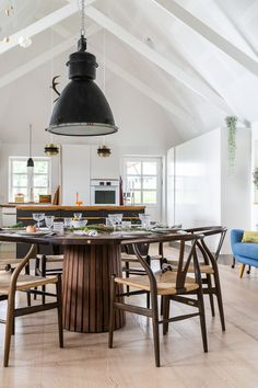 Rundt_plankebord_mjölner_træfolk Dinning Table, Dining Room, Plank Table, Diy Table, Small Apartments, Interior Architecture, Sweet Home, House Design, Ceiling Lights