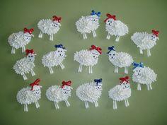 Ovejas. Cartulina blanca, bastoncillos oídos, lazo, rotulador negro, pegamento. Alumnos de cinco años. Colegio Nuestra Señora Santa María. Madrid, España.