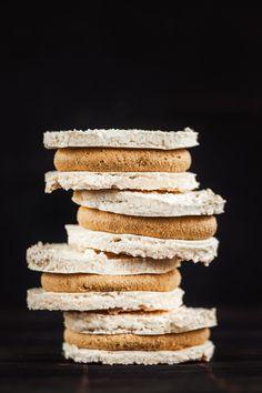 """Laskonky. Pro někoho přeslazený dortík, pro jiné symbol nedělních návštěv cukrárny a neodolatelná kombinace křupavé sněhové skořápky s lahodnou karamelovou náplní. A jak tento """"oříšek"""" vidíte vy?"""