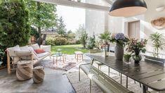 5 idées à piquer à cette terrasse couverte très déco - Côté Maison Pergola, Cottage, Exterior, Dining, Living Room, Outdoor Decor, Home Decor, Courtyards, Terraces