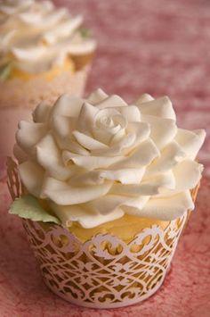 Gorgeous cupcake! I want to learn to do this!!