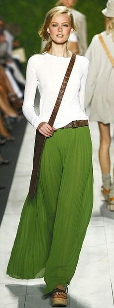 green maxi skirt with long-sleeve white t-shirt - gorgeous boho outfit! Fashion Week, Look Fashion, Womens Fashion, Fashion Trends, Travel Fashion, Travel Style, Green Fashion, Skirt Fashion, Fashion Spring