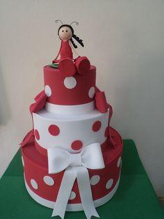 Bolo Falso 3 andares feito em eva, Vermelho e branco. Acompanha uma bonequinha de topo de bolo. R$ 80,00