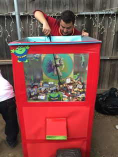 The Claw machine. DIY toy story - - The Claw machine. Diy Carnival Games, Kids Carnival, Carnival Birthday Parties, School Carnival Games, Carnival Ideas, Toy Story Theme, Toy Story Party, Toy Story Birthday, Cumple Toy Story