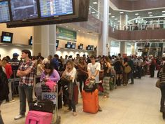 Passageiros enfrentam transtorno no Aeroporto Santos Dumont, Rio | Dos 46 programados, 29 estavam atrasados e 7 tinham sido cancelados. Por volta das 10h, as filas no terminal continuavam longas. http://mmanchete.blogspot.com.br/2013/06/passageiros-enfrentam-transtorno-no.html#.Ua4iBUBQGSo