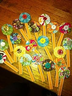 super cute wooden pins decorated with vintage buttons and fabric flowers. love.