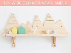#estantería decorada con montañas.