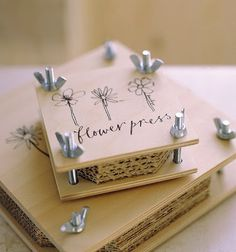 Diy Flower press - Baileys Residence & Backyard Maternity Marriage ceremony Costume, The Excellent M Crafts To Do, Crafts For Kids, Paper Crafts, Craft Projects, Projects To Try, Fleurs Diy, Pressed Flower Art, Idee Diy, Nature Crafts
