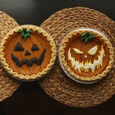 How to Decorate Store-Bought Pumpkin Pies for Halloween. Obviously it would work for home-made pies too. Turn them into Jack O Lanterns with just a few easy steps. Fröhliches Halloween, Halloween Dinner, Halloween Goodies, Halloween Food For Party, Holidays Halloween, Halloween Cupcakes, Halloween Decorations, Halloween Baking, Halloween Dessert Recipes