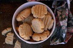 Kersfees Koekies - Boesmanland LangtafelOuma Suzie se grondboontjiebotter koekies is 'n moet-bak vir die Kersfees koekieblikke. Dit is maklik en heerlik! Snack Recipes, Snacks, Recipe Cards, Chips, Food, Snack Mix Recipes, Appetizer Recipes, Appetizers, Potato Chip