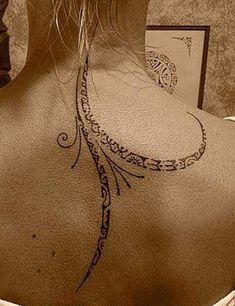 Un tatouage polynésien le long de la colonne
