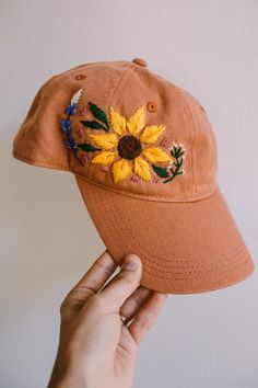 sombrero bordado de girasol * sonnenblumenstickerei hut sunflower embroidery hat Kniting For younger people, is a way to decorate your home Hat Embroidery, Embroidery On Clothes, Silk Ribbon Embroidery, Hand Embroidery Patterns, Machine Embroidery, Modern Embroidery, Look Fashion, Diy Fashion, Bone Bordado